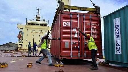 Une longue file de camions s'étire sur le boulevard le long du port de Cotonou