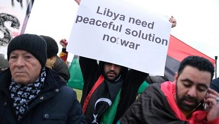 Manifestants aux alentours de la Chancellerie allemande, lieu du sommet sur la Libye à Berlin, ce 19 janvier 2020. © REUTERS/Christian Mang