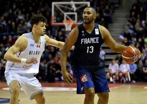 Le Français Boris Diaw (d) à la lutte avec le Belge Hans Vanwijn lors des qualifs pour le Mondial-2019 de basket, le 25 février 2018 à Nancy AFP/Archives