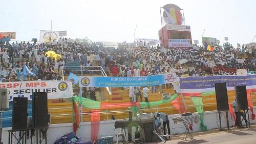 Des milliers de personnes se sont rassemblées vendredi au stade Idriss Mahamat-Ouya de N'Djamena en soutien au président Idriss Déby Itno