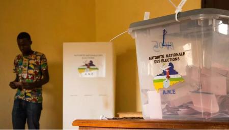 Électeurs à l'école Koudougou, au quartier du PK5, IIIe arrondissement de Bangui lors du 3e tour des élections partielles le 23 mai 2021. © RFI/Carole Valade