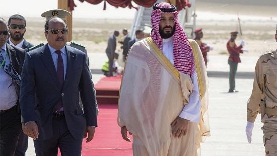 Le président mauritanien Mohamed Ould Abdel Aziz (g) accueille le prince héritier d'Arabie saoudite Mohammed ben Salman, à son arrivée à l'aéroport de Nouakchott, le 2 décembre 2018. © Bandar AL-JALOUD / Saudi Royal Palace / AFP