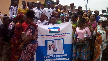 Les membres de la Homeland Study Group Foundation qui militent pour l'autonomie du Togolais occidental manifestent à Ho Ho, capitale de la région de la Volta au Ghana. © hsgf/Nyakpo