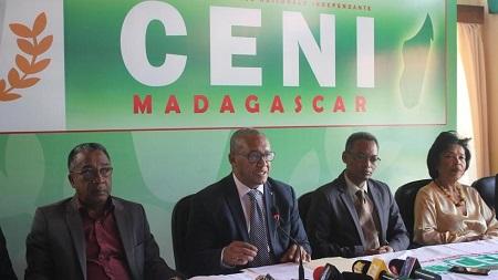 Après 15 jours de polémique, le président de la Céni Hery Rakotomanana (au centre) a annoncé la démission du vice-président de l'institution, à Antananarivo, le 12 mars 2020. RFI/Laetitia BEZAIN