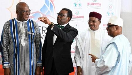 De gauche à droite, le président burkinabè Roch Marc Christian Kaboré, le président de la BAD, Akinwumi Adesina, le président nigérien Mahamadou Issoufou et le chef d'Etat malien Ibrahim Boubacar Keïta, le 14 septembre 2019 à Ouagadougou. © ISSOUF SANOGO / AFP