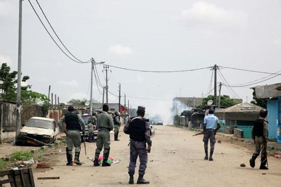 Des gendarmes gabonais patrouillent dans le quartier Cocotiers près du siège de la radio-télévision nationale (RTG) à Libreville, le 7 janvier 2019 Photo Steve JORDAN. AFP