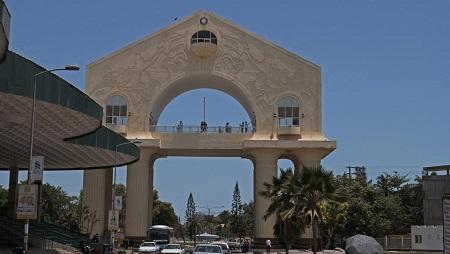 Construite pour près d'un million d'euros en 1996, l'Arch 22 symbolise la prise du pouvoir par Yahya Jammeh. © Romain Chanson/RFI