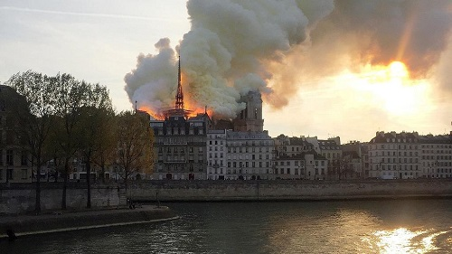Un impressionnant incendie était en cours lundi en fin de journée dans l'emblématique cathédrale Notre-Dame de Paris