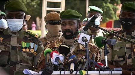Le colonel Assimi Goïta (au centre), chef de la junte au pouvoir au Mali, le 22 septembre 2020. MICHELE CATTANI / AFP