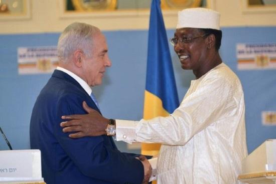 Le président du Tchad, Idriss Deby (d) salue le Premier ministre israélien Benjamin Netanyahu, au palais présidentiel de N'Djamena, le 20 janvier 2019 afp.com - BRAHIM ADJI