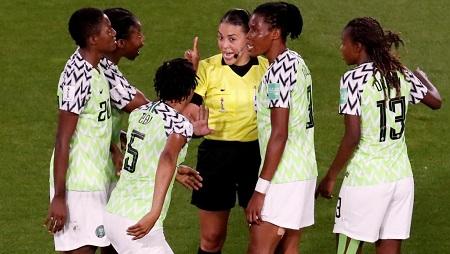L'arbitre Mme Melissa Borjas face à la colère des Super Falcons nigérianes lors du match contre la France. Christian Hartmann/Reuters