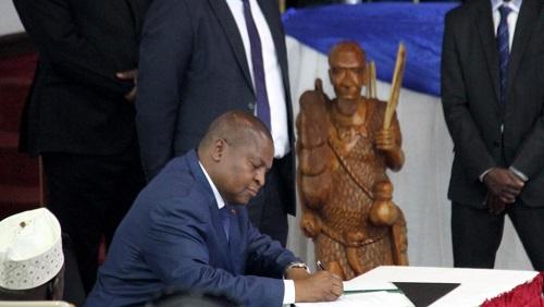 Le président Touadéra signe l'accord de paix, le 6 février 2019, au palais présidentiel (palais de la Renaissance) à Bangui. © RFI / Gaël Grilhot