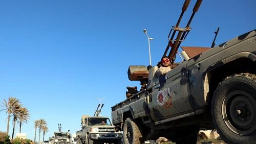 Des véhicules militaires des forces de Misrata, sous la protection des forces de Tripoli, sont vus dans le quartier de Tajura, à l'est de Tripoli, en Libye, le 6 avril 2019. © REUTERS/Hani Amara