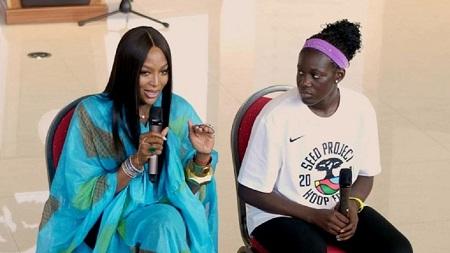 Le top modèle britannique, Naomi Campbell a rendu visite aux jeunes joueuses de basketball à Thiès au Sénégal