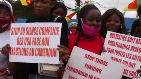 """La manifestation des """"Patriotes indomptables"""" devant l'ambassade de Yaoundé, le 2 septembre 2020."""