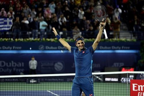 Federer a battu Tsitsipas pour remporter son 100ème titre