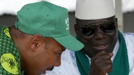 Edward Singhateh avec l'ex président Yahya Jammeh lors d'un meeting politique en septembre 2006.GETTY IMAGES