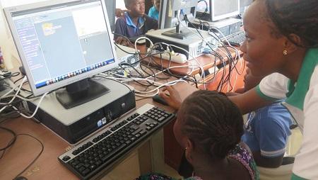 En Afrique, l'accès à internet reste encore difficile dans certains pays du continent. © RFI/Delphine Bousquet