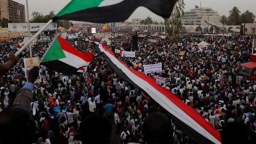 Manifestation devant le QG de l'armée à Khartoum, au Soudan, le 19 avril 2019. © REUTERS/Umit Bektas/File Photo