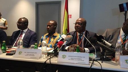 Le directeur général du conseil café cacao ivoirien Yves Koné aux cotés de son homologue ghanéen Joseph Aidoo lors d'une réunion à Abidjan, Côte d'Ivoire, le 3 juillet 2019. © RFI/Pierre Pinto