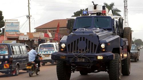 Le chanteur et député d'opposition Bobi Wine a été interpellé lundi par la police