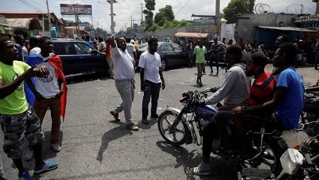 Des manifestants demandent à des motards de faire demi-tour dans une rue bloquée durant la grève, à Port-au-Prince, en Haïti, le 16 septembre 2019. REUTERS/Andres Martinez