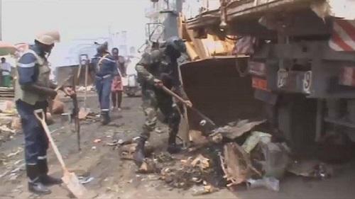 Des militaires ramassent des ordures en régions anglophones
