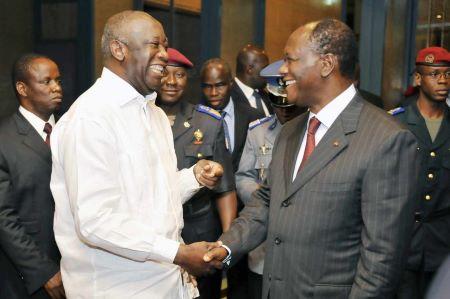 Le 6 septembre 2010, le président ivoirien Laurent Gbagbo et le président du Rassemblement des républicains (RDR) Alassane Ouattara se félicitent de la future tenue de l'élection présidentielle le 31 octobre. SIA KAMBOU/AFP