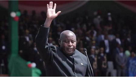 Évariste Ndayishimiye prête serment et devient le nouveau président du Burundi, dans le stade de Gitega, le 18 juin 2020. Tchandrou NITANGA / AFP