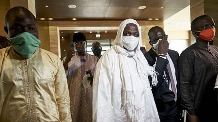 L'imam Mahmoud Dicko (au centre) à Bamako au Mali le 23 juillet 2020 (image d'illustration).© MICHELE CATTANI Source: AFP