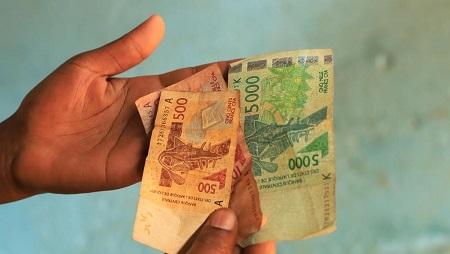 Des billets de 500, 1000 et 5000 francs CFA de la Banque centrale des États de l'Afrique de l'Ouest (BCEAO). Côte d'Ivoire, le 25 octobre 2019. © RFI/Pierre René-Worms