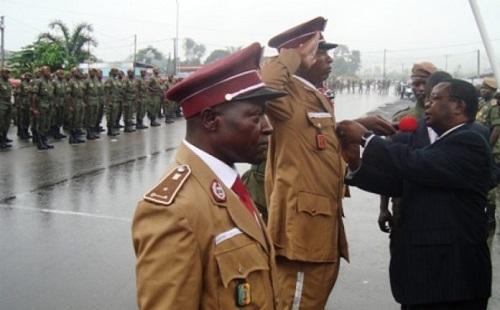 Emmanuel Ngafeeson, ancien secrétaire d'Etat auprès du ministre de la Justice, en charge de l'Administration Pénitentiaire.  (Photo)Décorant des agents de l'administration pénitentiaire