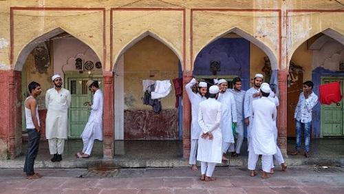 Des étudiants musulmans indiens discutent devant une école de New Delhi après leurs examens, le 14 avril 2019. Noemi CASSANELLI / AFP
