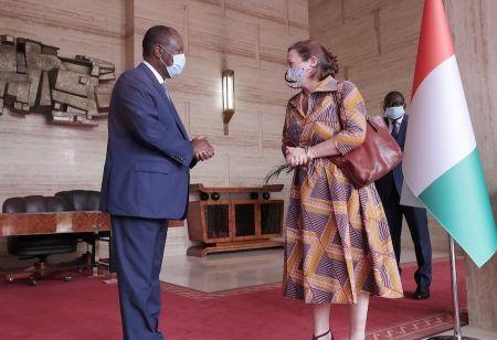 Alassane Ouattara, président de la République de Côte d'Ivoire et Josephine Lucy Louisa Gauld, ambassadrice de Grande-Bretagne en Côte d'Ivoire, lors d'un entretien le 8 décembre 2020.