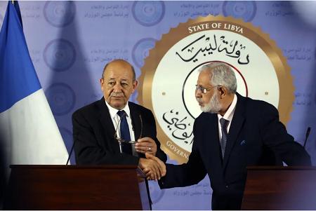 Le Ministre français des Affaires étrangères Jean-Yves Le Drian avec son homologue libyen Mohamed Taha Siala, lors d'une conférence de presse à Tripoli le 23 juillet 2018.• Crédits : Mahmud TURKIA - AFP