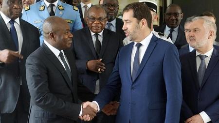 Le ministre de l'Intérieur Christophe Castaner a rencontré son homologue ivoirien Sidiki Diakité lundi 20 mai à Abidjan. © REUTERS/Luc Gnago