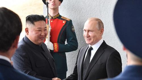 Le président russe Vladimir Poutine accueille le dirigeant nord-coréen Kim Jong-un sur l'île de Rousski, près du port de Vladivostok, le 25 avril 2019. Yuri KADOBNOV / AFP