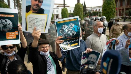 Des supporters des journalistes Omar Radi et Soulaimane Raissouni appellent à leur libération lors d'une manifestation le 25 mai 2021 à Rabat. AP - Mosa'ab Elshamy