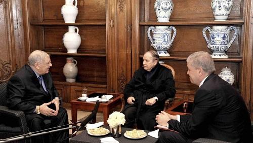 Le président algérien Abdelaziz Bouteflika (c.), le 12 juin 2013, en compagnie d'Ahmed Gaïd Salah (g.), chef d'état-major des armées, et du Premier ministre Abdelmalek Sellal (d.). © REUTERS/APS/Handout via Reuters