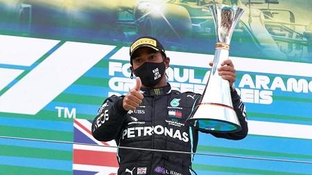 Le pilote britannique de Mercedes, Lewis Hamilton, après sa victoire au Grand Prix de l'Eifel en Formule 1, le 11 octobre 2020. FIA/Handout via Reuters
