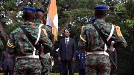 Le président ivoirien, Alassane Ouattara, passe en revue les troupes lors de ses vœux aux Forces armées de Côte d'Ivoire (FACI) au palais présidentiel, à Abidjan, le 4 janvier 2018. AFP - SIA KAMBOU