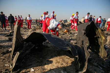 Des travailleurs du Croissant-Rouge fouillent dans les débris de l'avion de la Ukraine International Airlines, qui s'est écrasé peu de temps après son décollage de l'aéroport Imam Khomeini, près de Téhéran..PHOTO WANA NEWS AGENCY, VIA REUTERS