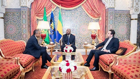 Le président gabonais Ali Bongo entouré du secrétaire-général de la présidence jean-Yves Teale (G) et de son directeur de cabinet Brice Laccruche Alihanga à Libreville, en février 2019. © GABONESE PRESIDENCY / AFP