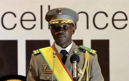 Le colonel malien Assimi Goïta a prêté serment, lundi 7 juin, à Bamako en tant que président de la transition politique. © HADAMA DIAKITE/EPA
