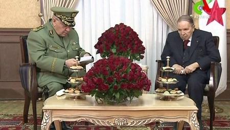 Le chef d'état-major Ahmed Gaïd Salah et l'ex-président Abdelaziz Bouteflika le 11 mars 2019. (Image d'illustration) © AFP /Canal Algérie