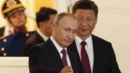 Les présidents Xi Jinping et Vladimir Poutine. La jonction des deux berges de l'Amour intervient à quelques jours du Forum économique de Saint-Pétersbourg auquel assistera le président chinois. REUTERS/Sergei Karpukhin