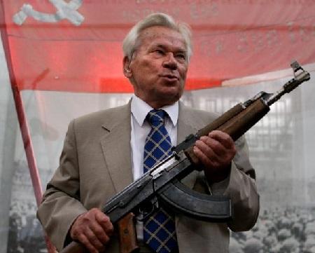 Mikhail Kalachnikov, à l'âge de 87 ans, et l'arme qui porte son nom. DIMA KOROTAYEV / AFP