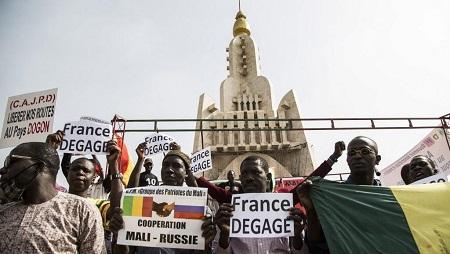 Manifestation contre la présence de troupes étrangères (dont les Français de la force Barkhane) sur le sol malien, le 10 janvier à Bamako. © ANNIE RISEMBERG / AFP