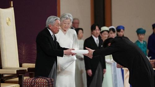 L'empereur Akihito du Japon lors du rituel de son abdication, ce mardi 30 avril. À ses côtés, outre l'impératrice Michiko, deux des trésors de la famille impériale. Japan Pool/Pool via REUTERS