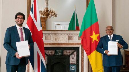 Le ministre du Commerce international Ranil Jayawardena et le haut-commissaire du Cameroun au Royaume-Uni, S.E. Albert Fotabong Njoteh à Londres lors de la signature d'accord